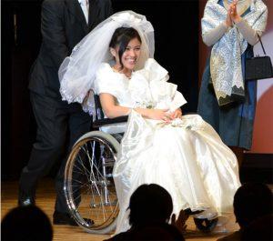 車イスを利用される方が、結婚式やパーティでも簡単に着用できる素敵なドレスを、その方の状況に合った機能性・デザインでお仕立てをいたします