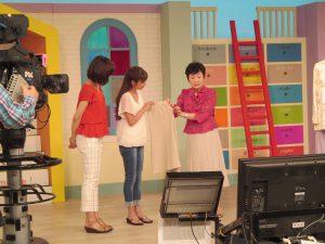 NHKスタジオにて収録 ユニバーサルファッションリメイク方法を解説中 NHK番組『すてきにハンドメイド』出演